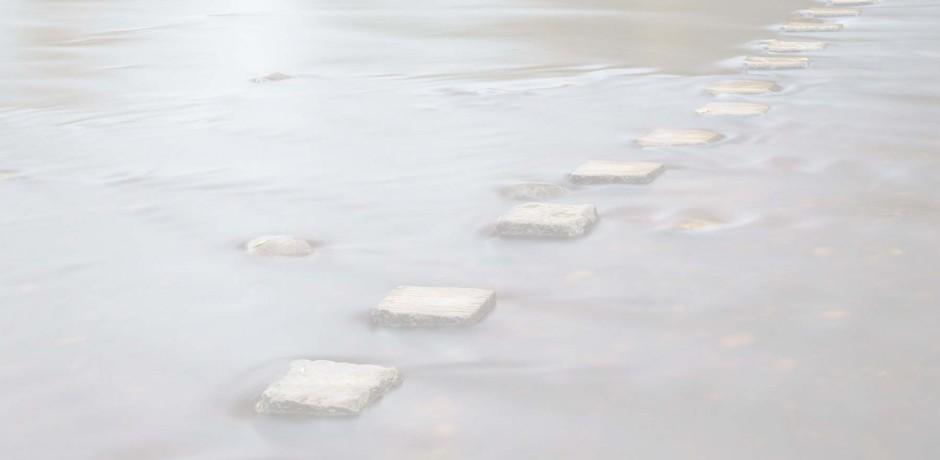 Steine im Wasser Nebel