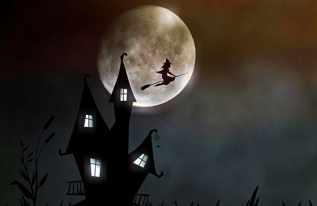 Hexenhaus und eine fliegende Hexe