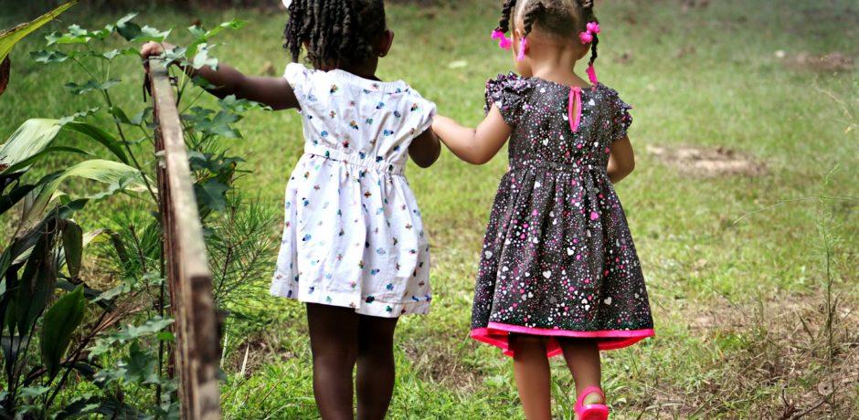 2 kleine Mädchen in der Natur