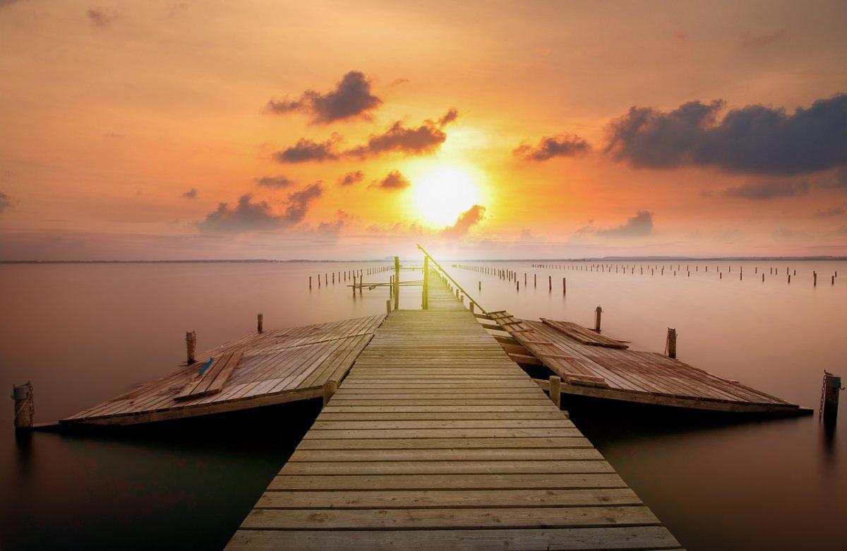 Steg im Sonnenuntergang