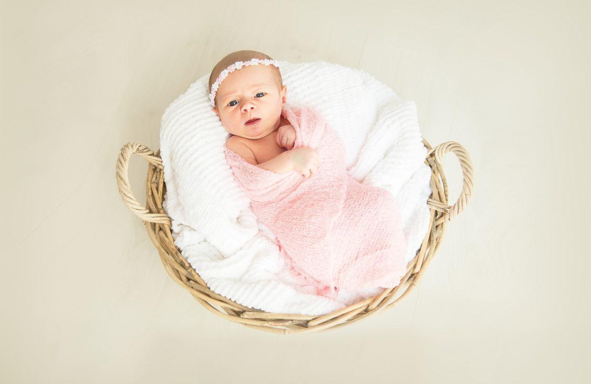 Baby im Babykorb