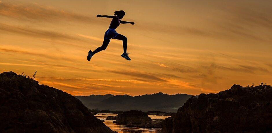 Eine Frau, die springt