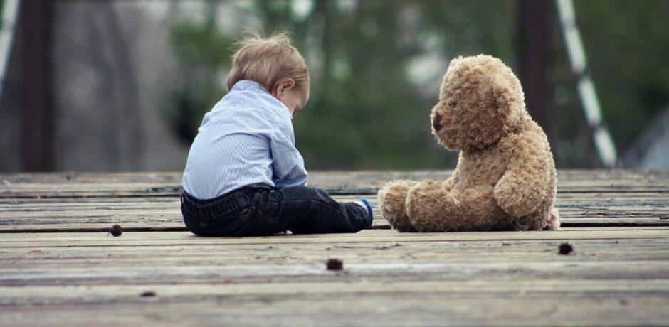 Kleiner Junge mit dem Teddy